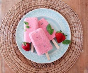 روش درست کردن بستنی چوبی توت فرنگی و ریحان